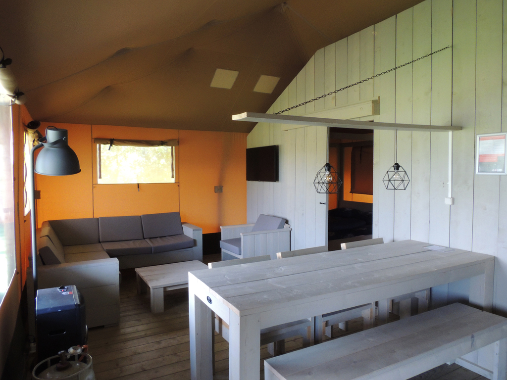 Fraaie 8-persoons Safaritent op park in Voorthuizen Veluwe