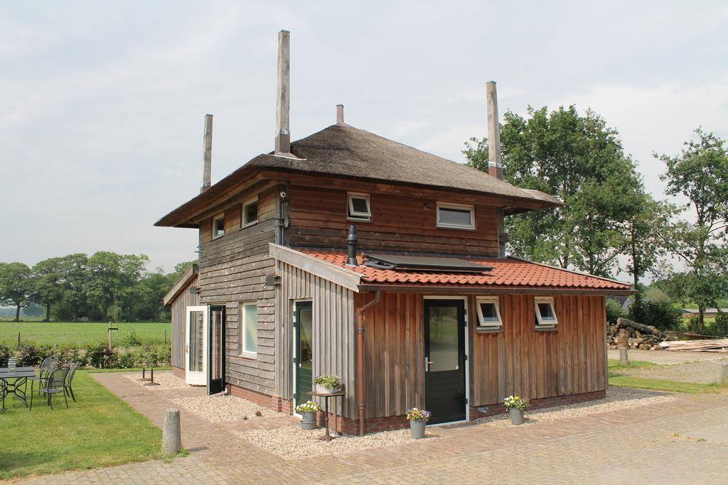 Hooiberg op het boerenerf in Spankeren Veluwe